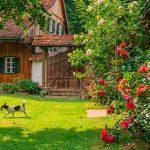 Ferienanlage Teichwiesn – Das Sauna-Haus im Hintergrund
