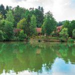 Ferienanlage Teichwiesn – Blick über den Teich zu den Wohnungen